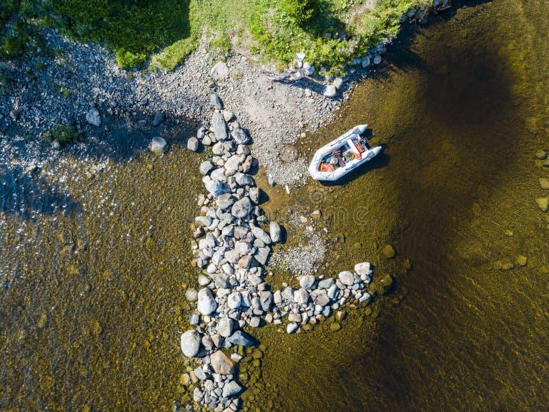 Vista aérea de um barco de motor da pesca no lago Paisagem bonita do verão com navios Água clara com a praia arenosa e de pedra e foto de stock