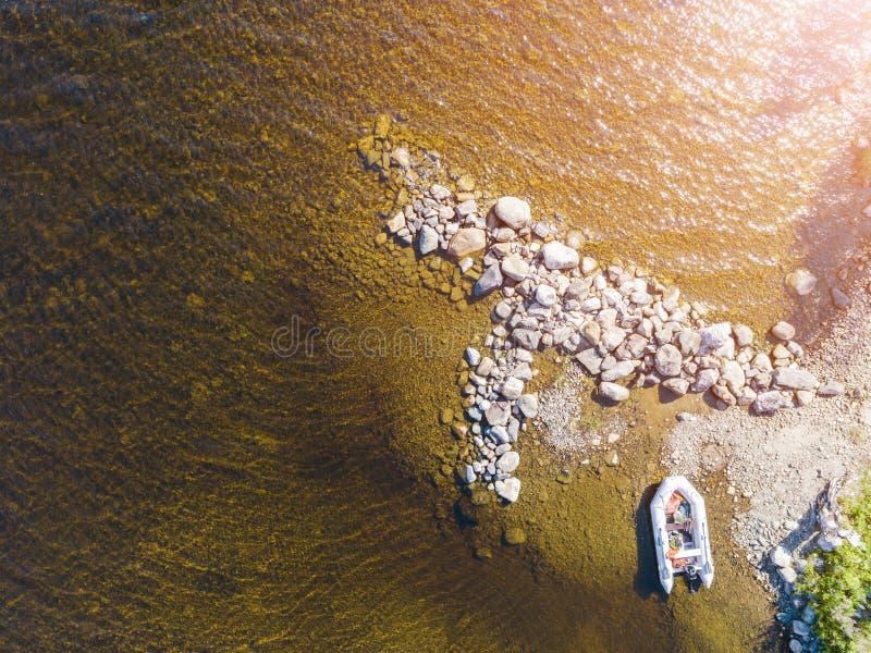 Vista aérea de um barco de motor da pesca no lago Paisagem bonita do verão com navios Água clara com a praia arenosa e de pedra e foto de stock royalty free
