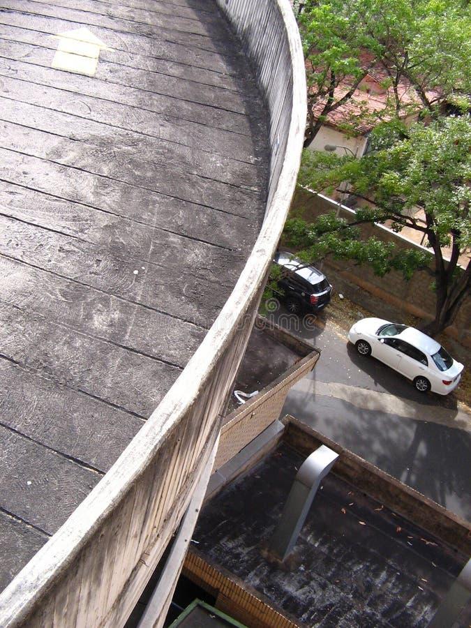 Vista aérea de um carro branco estacionado imagens de stock royalty free