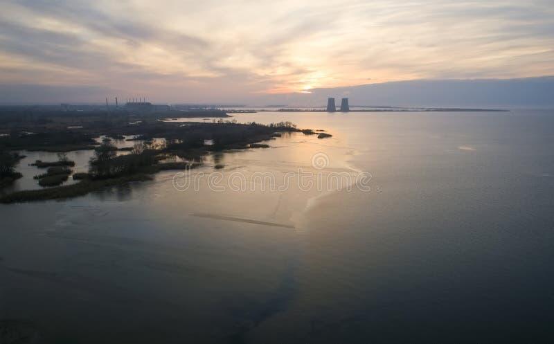 Vista aérea de um central energética nuclear na cidade de Energodar, Ucrânia Paisagem do inverno imagens de stock royalty free