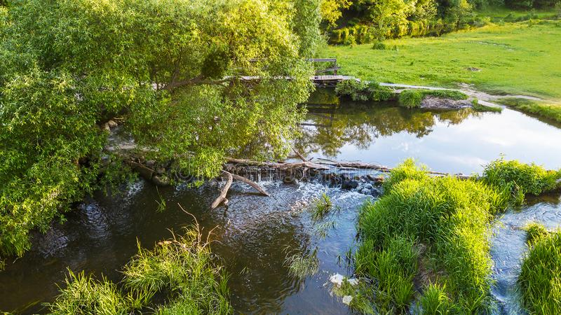 Vista aérea de um lago pequeno da represa construído por castores imagem de stock