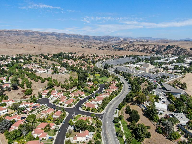 Vista aérea de um pequeno bairro com montanha seca do deserto ao fundo em Moorpark fotografia de stock royalty free
