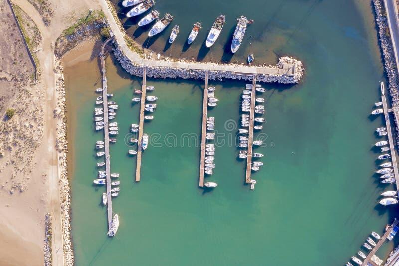 Vista aérea de um porto em Sicília com barcos amarrados foto de stock