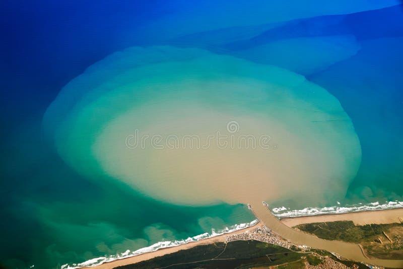 Vista aérea de um rio que entra no Oceano Atlântico imagens de stock royalty free