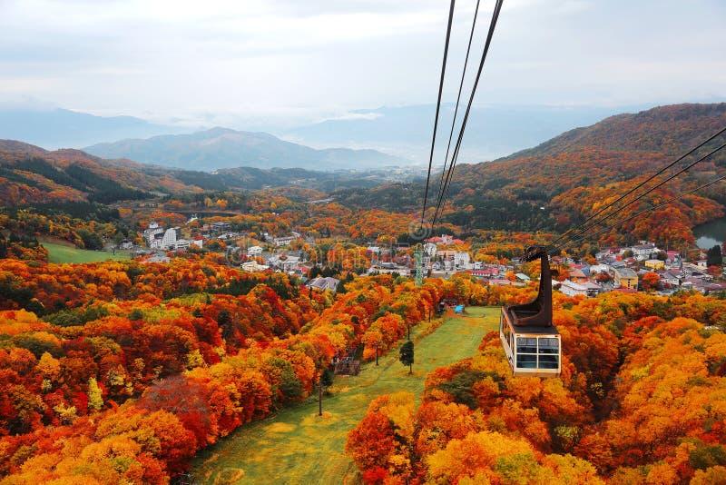 Vista aérea de um teleférico cênico que voa sobre o vale bonito do outono de Zao imagens de stock