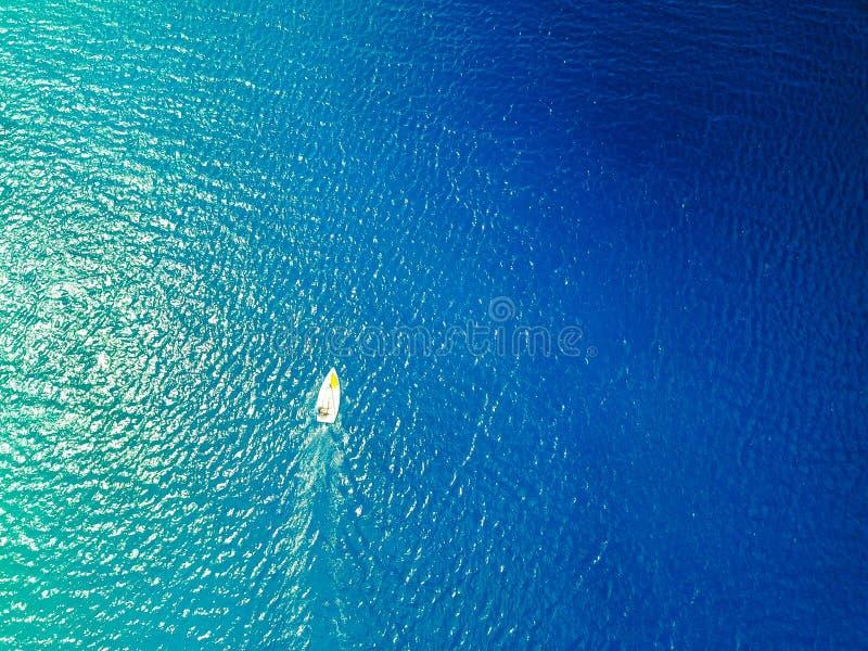 Vista aérea de um veleiro do laser em águas tropicais mornas foto de stock royalty free