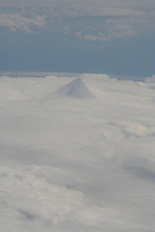 Vista aérea de um vulcão da ilha Aleutian fotografia de stock