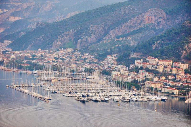 Vista aérea de uma baía do fethiye com porto e iate fotografia de stock royalty free