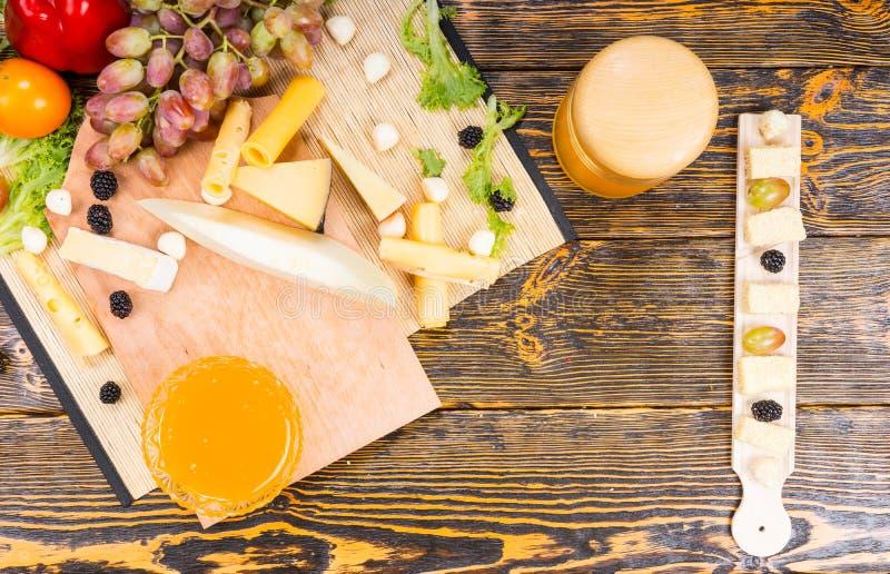 Vista aérea de uma bandeja do queijo em um bufete fotografia de stock