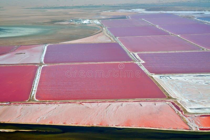 Vista aérea de uma das maiores minas de sal do mundo situadas entre Wallis Bay e Swakopmund, na Namíbia imagem de stock