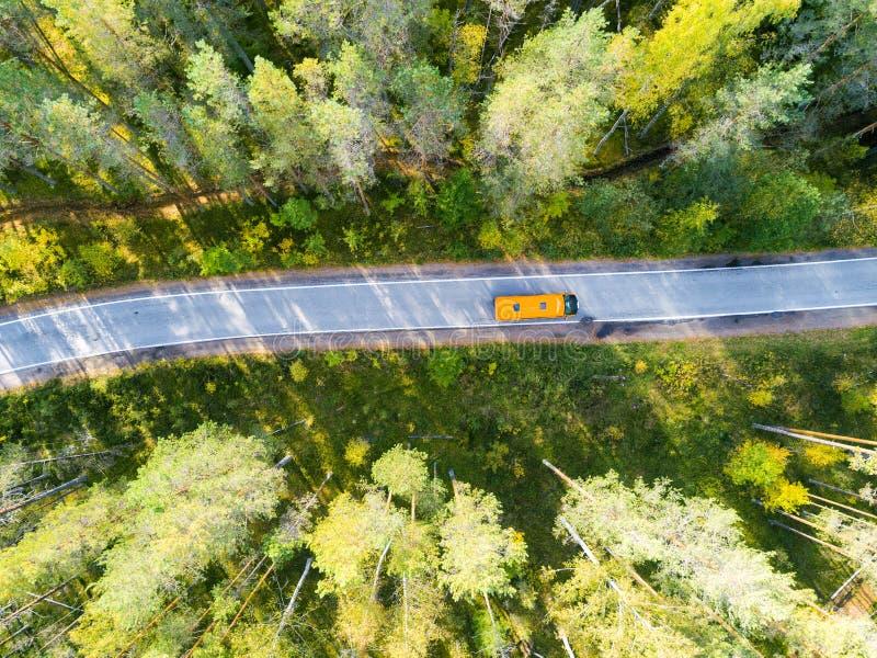 Vista aérea de uma estrada secundária na floresta com carros moventes Paisagem bonita Capturado de cima com de um zangão ` Aéreo  foto de stock