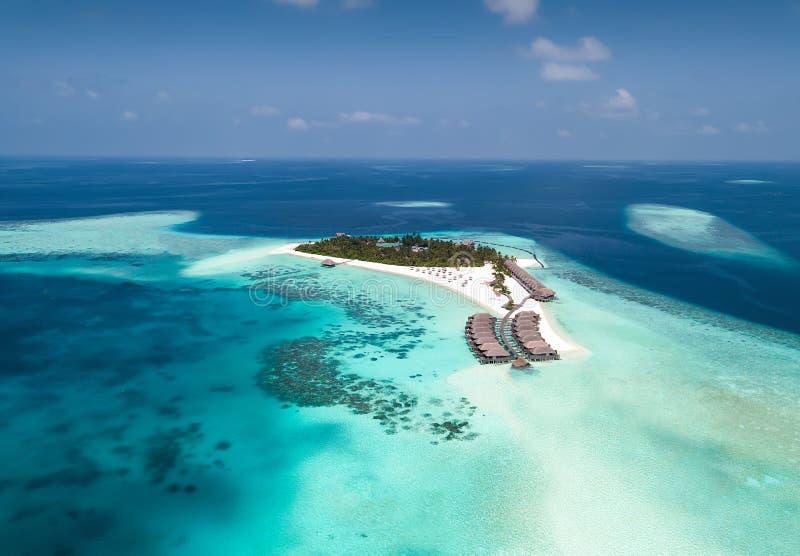 Vista aérea de uma ilha tropical no Oceano Índico, Maldivas fotografia de stock