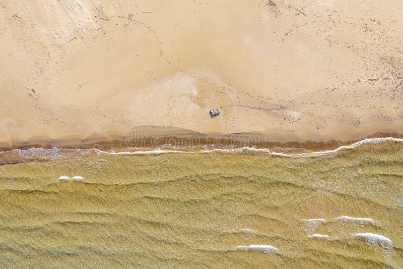 Vista aérea de uma praia com ondas fotos de stock royalty free