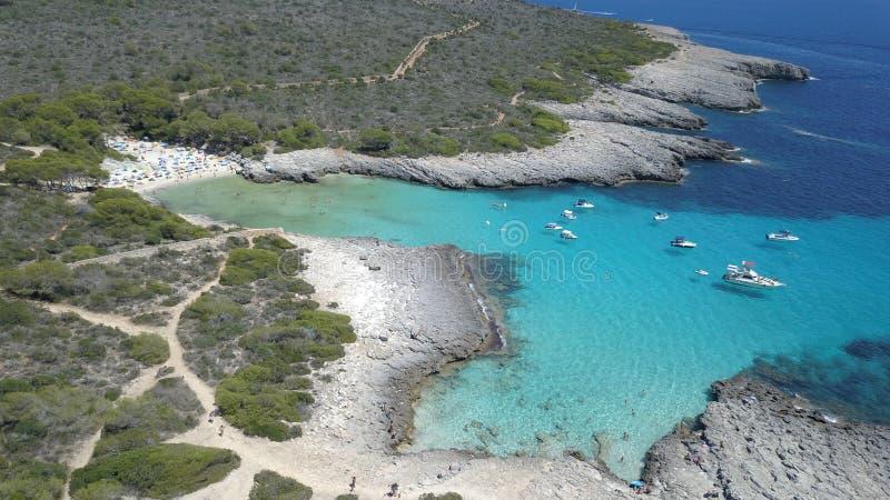 Vista aérea de uma praia impressionante em Menorca imagens de stock royalty free