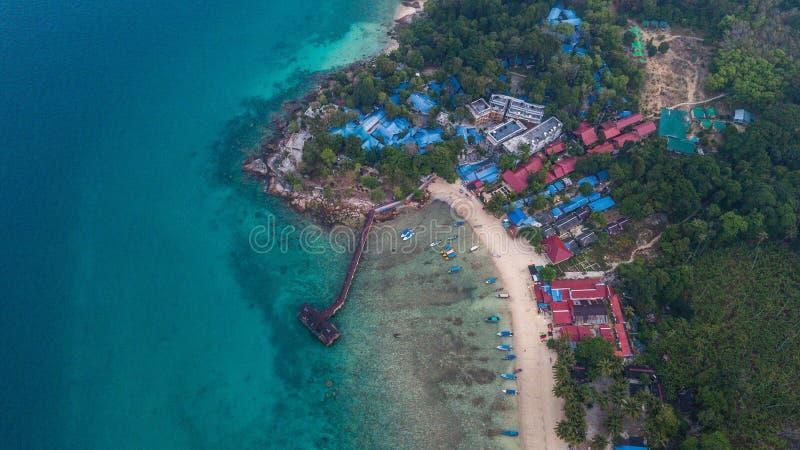 Vista aérea de uma praia tropical bonita com alguns recursos no nascer do sol Ilha de Perhentian, Malásia imagens de stock