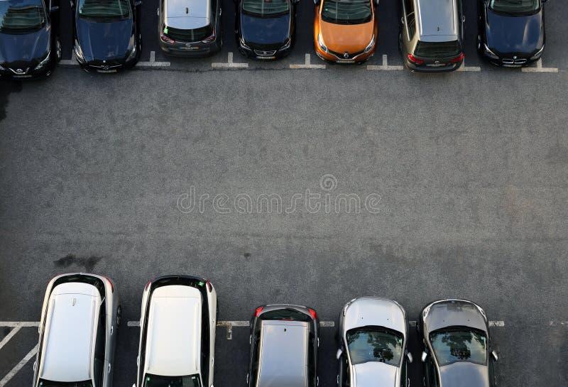 Vista aérea de un aparcamiento lleno de diversos coches imagen de archivo libre de regalías