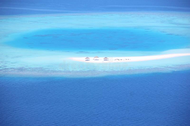 Vista aérea de un atolón en los Maldivas foto de archivo