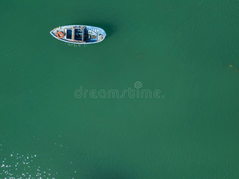 Vista aérea de un barco azul del rowing en un puerto Naturaleza y paisaje marino imágenes de archivo libres de regalías