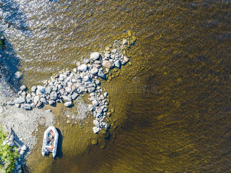 Vista aérea de un barco de motor de la pesca en el lago Paisaje hermoso del verano con las naves Agua clara con la playa arenosa  foto de archivo libre de regalías