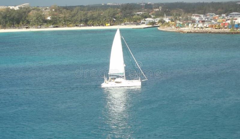 Vista aérea de un barco de navegación en las Bahamas imagen de archivo