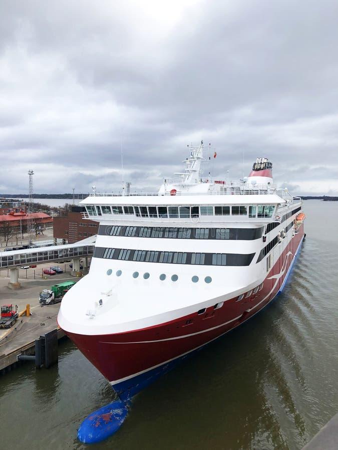 Vista aérea de un buque de pasajeros en junto al terminal del puerto Nariz del barco de cruceros cerca del embarcadero Montaña aé foto de archivo