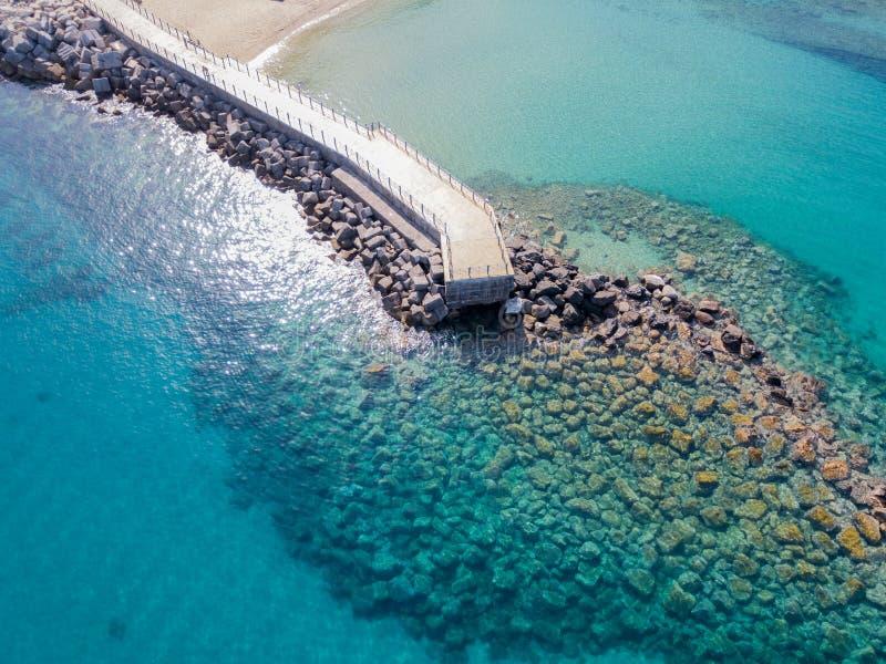 Vista aérea de un embarcadero con las rocas y las rocas en el mar Embarcadero de Pizzo Calabro, visión panorámica desde arriba foto de archivo libre de regalías