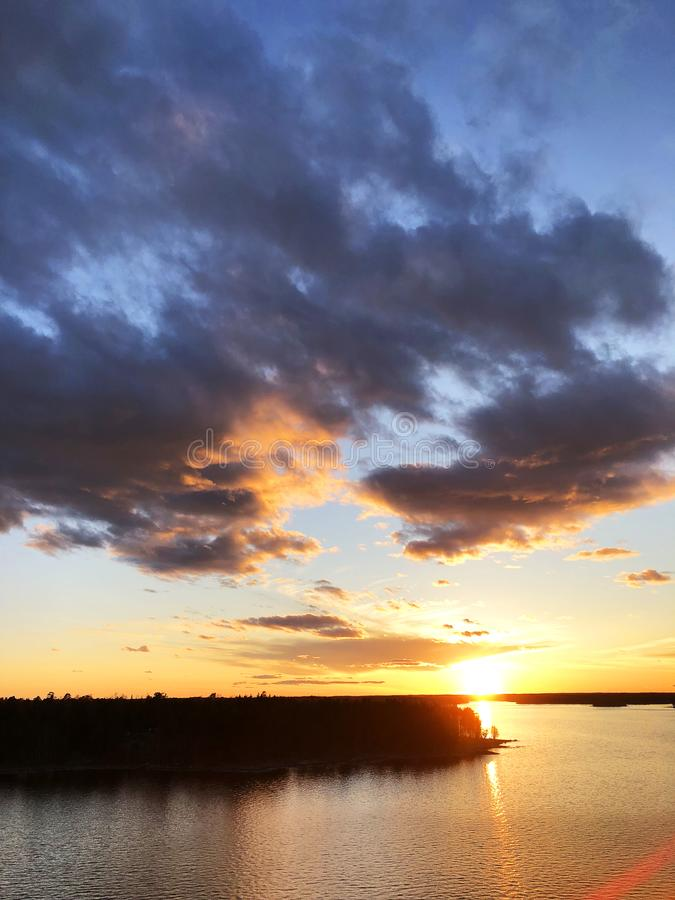 Vista aérea de un fondo del cielo de la puesta del sol El cielo dramático aéreo de la puesta del sol del oro con el cielo de la t fotos de archivo