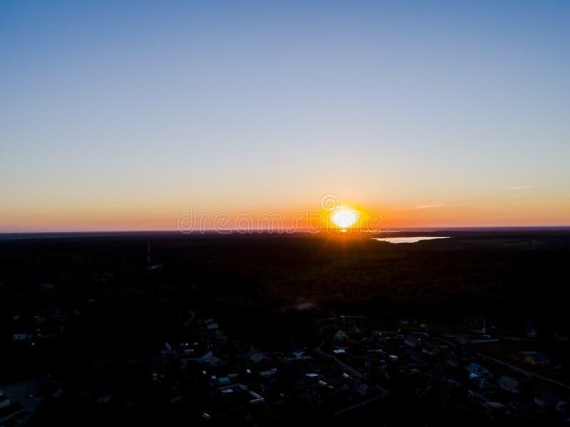 Vista aérea de un fondo del cielo de la puesta del sol El cielo dramático aéreo de la puesta del sol del oro con la tarde se nubl foto de archivo libre de regalías