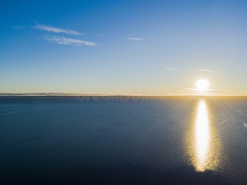 Vista aérea de un fondo del cielo de la puesta del sol El cielo dramático aéreo de la puesta del sol del oro con el cielo de la t fotos de archivo libres de regalías