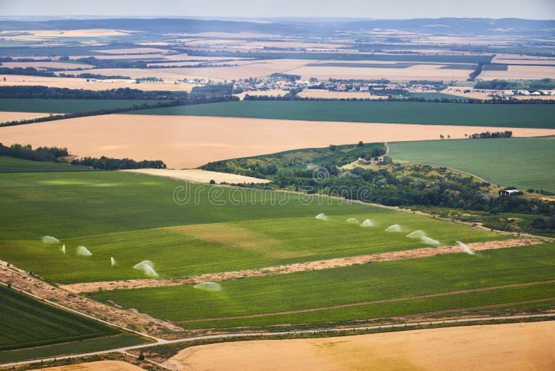 Vista aérea de un paisaje con el campo irrigado imagen de archivo