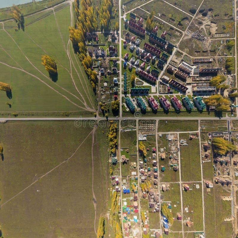 Vista aérea de un pueblo de la casa de verano en el mar azul fotografía de archivo