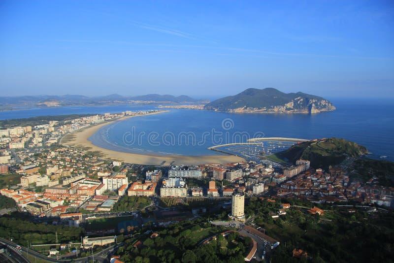 Vista aérea de un pueblo pesquero en un día brillante debajo del cielo azul fotos de archivo