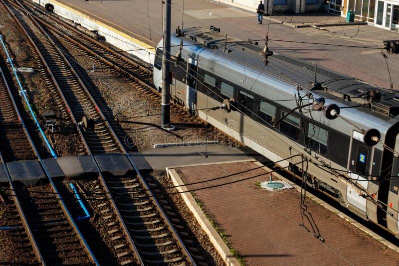 Vista aérea de un tren de pasajeros de alta velocidad moderno imagen de archivo libre de regalías