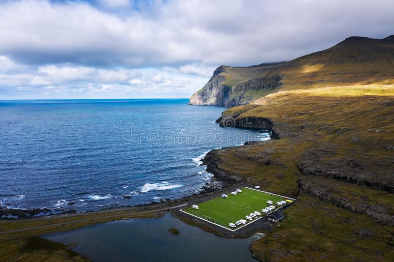 Vista aérea de un viejo campo de fútbol en la costa cerca de Eidi en Faroe Island imagenes de archivo