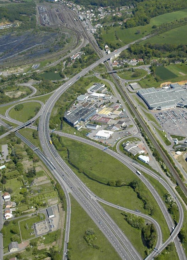 Vista aérea de una autopista de la ensambladura en Francia fotos de archivo libres de regalías