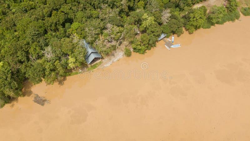 Vista aérea de una casa y de un muelle con los botes pequeños imagen de archivo