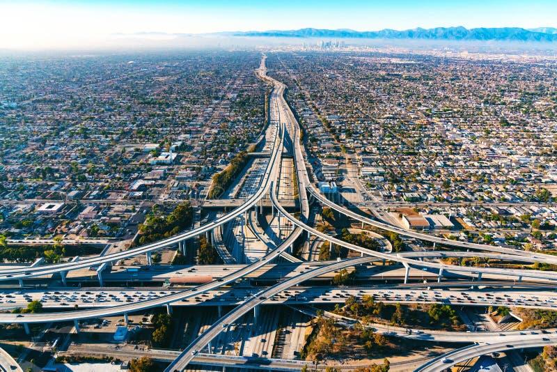 Vista aérea de una intersección de la autopista sin peaje en Los Ángeles imagen de archivo
