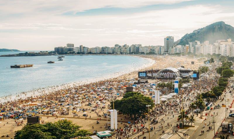 Vista aérea de una playa apretada de Copacabana del partido del pre-NYE en Rio de Janeiro, el Brasil La playa es los 4km largos y imagen de archivo libre de regalías