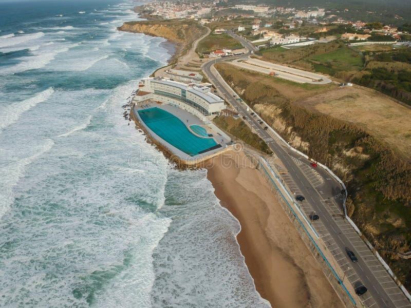 Vista aérea de una playa arenosa grande con ondas y una piscina grande del océano Costa costa portuguesa fotografía de archivo