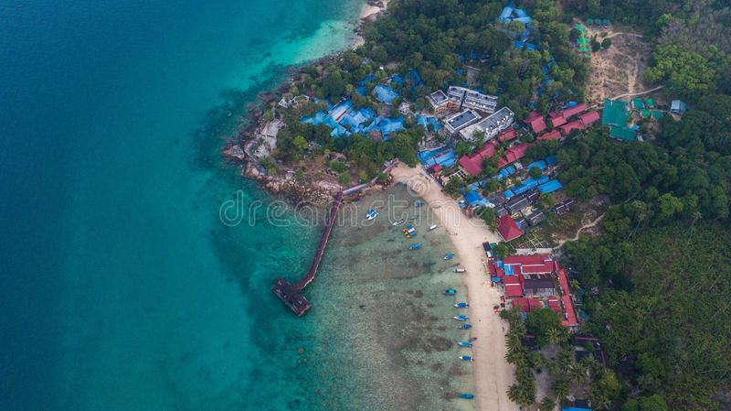 Vista aérea de una playa tropical hermosa con algunos centros turísticos en la salida del sol Isla de Perhentian, Malasia imagenes de archivo