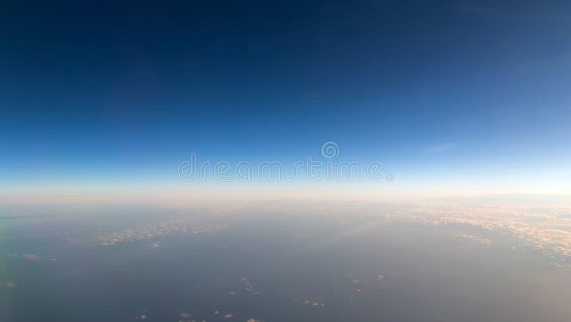 Vista aérea de una puesta del sol nublada foto de archivo