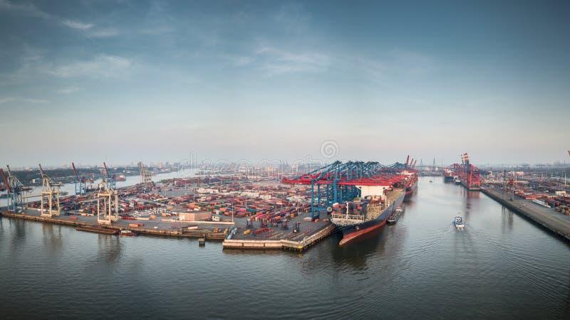 Vista aérea de una terminal de contenedores en el puerto de Hamburgo en la puesta del sol foto de archivo libre de regalías