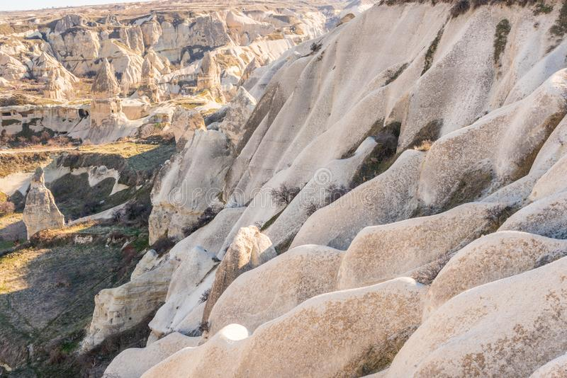 Vista aérea de varias rocas y hotel Cave en el valle de Goreme durante el día, construido en formación de rocas en el parque na imagen de archivo