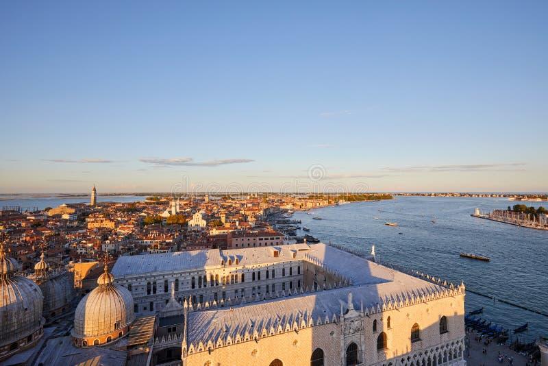 Vista aérea de Venecia, del distrito del castello y de la laguna en la puesta del sol foto de archivo libre de regalías