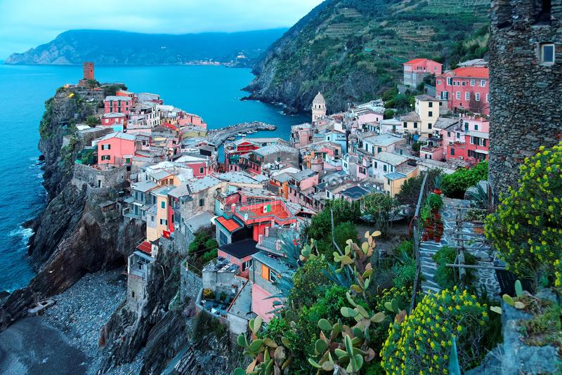 Vista aérea de Vernazza bonito na luz do amanhecer, uma vila surpreendente das casas coloridas empoleiradas em penhascos rochosos imagens de stock royalty free