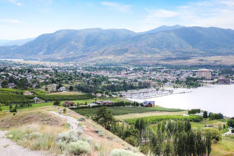 Vista aérea de vinhedos de Kelowna e de lago Okanagan fotografia de stock