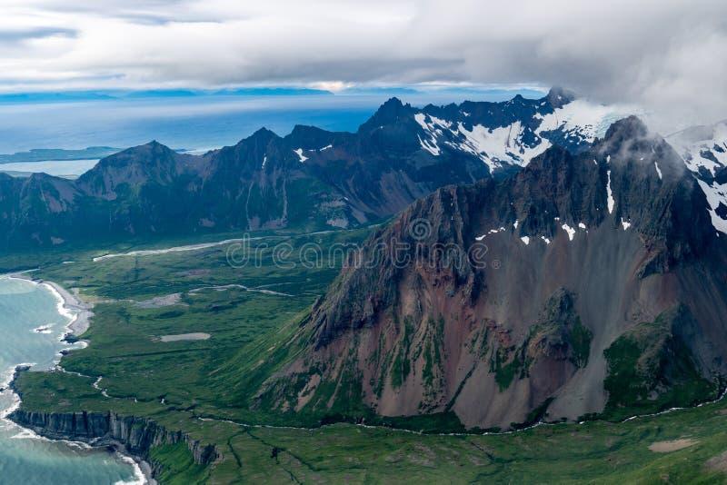 Vista aérea de volcanes activos en cordillera del ` s Aleutain de Alaska en un día cubierto fotos de archivo libres de regalías