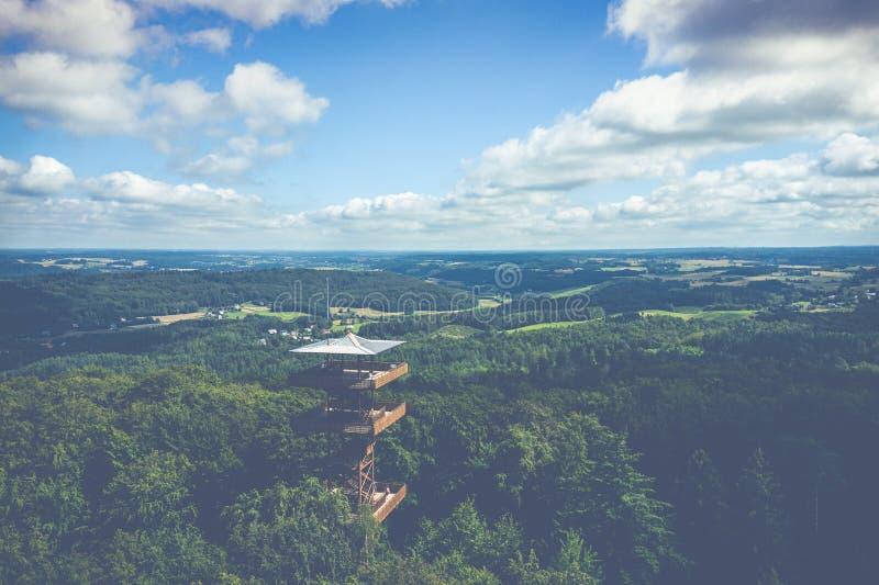 Vista aérea de Wiezyca Torre de observaci?n Parque del paisaje de Kashubian Kaszuby polonia La foto hizo por el abej?n desde arri foto de archivo