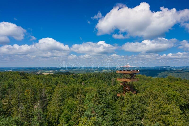 Vista aérea de Wiezyca Torre de observaci?n Parque del paisaje de Kashubian Kaszuby polonia La foto hizo por el abej?n desde arri fotografía de archivo