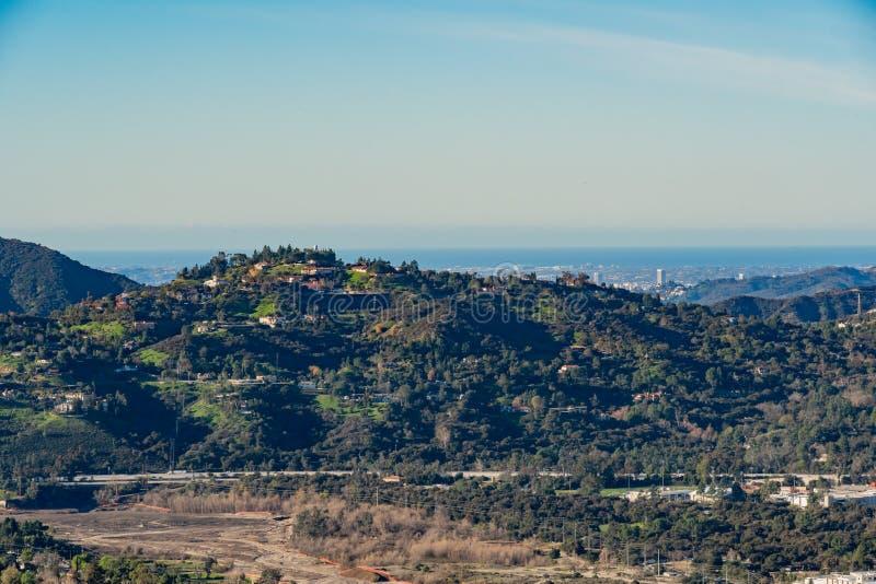 Vista aérea del área de las montañas y de Altadena imagen de archivo libre de regalías